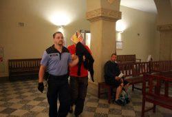Inhaftierter NPD-Stadtrat Enrico Böhm wird in den Saal geführt. Foto: Alexander Böhm