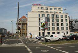 Unvollendete Lösung mit Hotelneubau von 2013: Ein breiter Radstreifen führt über die Kreuzung - auf der anderen Seite hört er einfach auf. Foto: Ralf Julke