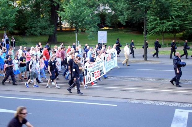 Legida und Pegida am 6. Juli. Mit vereinten Kräften schaffte man eine knappe 1.000 bei den Teilnehmerzahlen. Heute geht es gegen die Lügenpresse. Foto: L-IZ.de (Archiv)