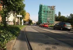Hermann-Liebmann-Straße am eingerüsteten ehemaligen Rathaus: Hier fährt man mit Rad am besten zwischen den Gleisen. Foto: Ralf Julke