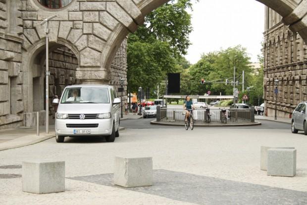 Mitten in der Lotterstraße platziert wurde die Zufahrt zu den Tiefgaragen. Foto: Ralf Julke