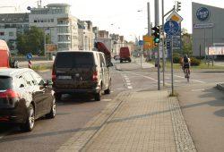 Hier wird's endgültig närrisch: Auf der Saarländer Straße kreuzt der Radweg den Überweg der Fußgänger. Foto: Ralf Julke