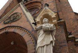 Apostel Paulus vorm Eingangsportal der Lutherkirche. Foto: Ralf Julke