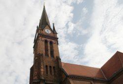 Turm und Dach der Lutherkirche. Foto: Ralf Julke