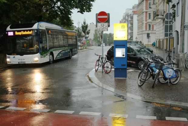 Mobilitätsstation in der Scheffelstraße: alles da - Leihfahrräder, Ladesäule, Schilderbaum und ein Spritauto auf dem E-Ladeplatz. Foto: Ralf Julke