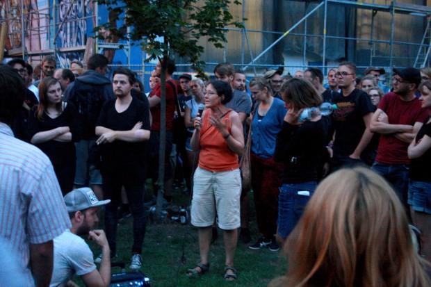 Monika Lazar (Mitte) erklärt zusammen mit Juliane Nagel (rechts v. Lazar) die Entscheidung. Foto: Alexander Böhm