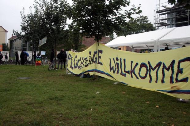 Nach wie vor kampieren Menschen vor der Halle. Foto: Alexander Böhm