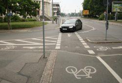 Nürnberger Straße, Höhe Brüderstraße: Der Kraftverkehr wird in scharfer Kurve in die Brüderstraße geführt und kreuzt dabei den Radweg. Foto: Ralf Julke