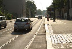 Haltestelle Rathaus Schönefeld: Eine Vignette zwischen den Gleisen weist Radfahrer und Autofahrer auf die gemeinsame Nutzung der Straße hin. Foto: Ralf Julke