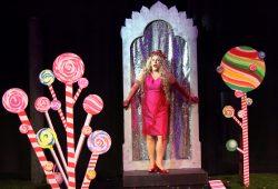 Alexandra Petersamer als Kundry in Klingsors buntem Zaubergarten. Foto: Bayreuther Festspiele / Jörg Schulze