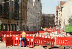 Sperrgitter und aufgerissene Straße: Der Peterssteinweg sieht noch nach richtig viel Arbeit aus. Foto: Ralf Julke