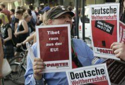 """Nie um einen satirischen Spruch verlegen, verteilte auch """"Die Partei"""" wieder Handzettel Foto: Sebastian Beyer"""