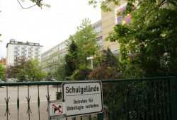 Als Unterkunft für Flüchtlinge genutzt: der alte Plattenbau der 3. Grundschule. Foto: Ralf Julke