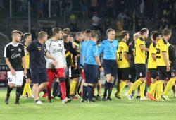 Tumulte nach dem Spiel. Links Paul Schinke und Co-Trainer Rüdiger Hoppe. Foto: Bernd Scharfe
