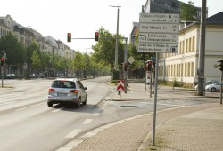Prager Straße / Johannisallee: ein Schilderbaum und ein nach rechts entweichender Radweg. Foto: Ralf Julke