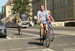 Radfahrer auf der Georg-Schumann-Straße. Foto: Ralf Julke