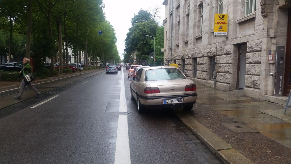 Gedrängel vor der Post auf der Richard-Lehmann-Straße.