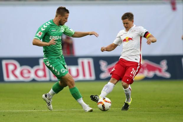Marco Stiepemann (Fuerth) and Dominik Kaiser (RB Leipzig) im Zweikampf. Foto: GEPA Pictures
