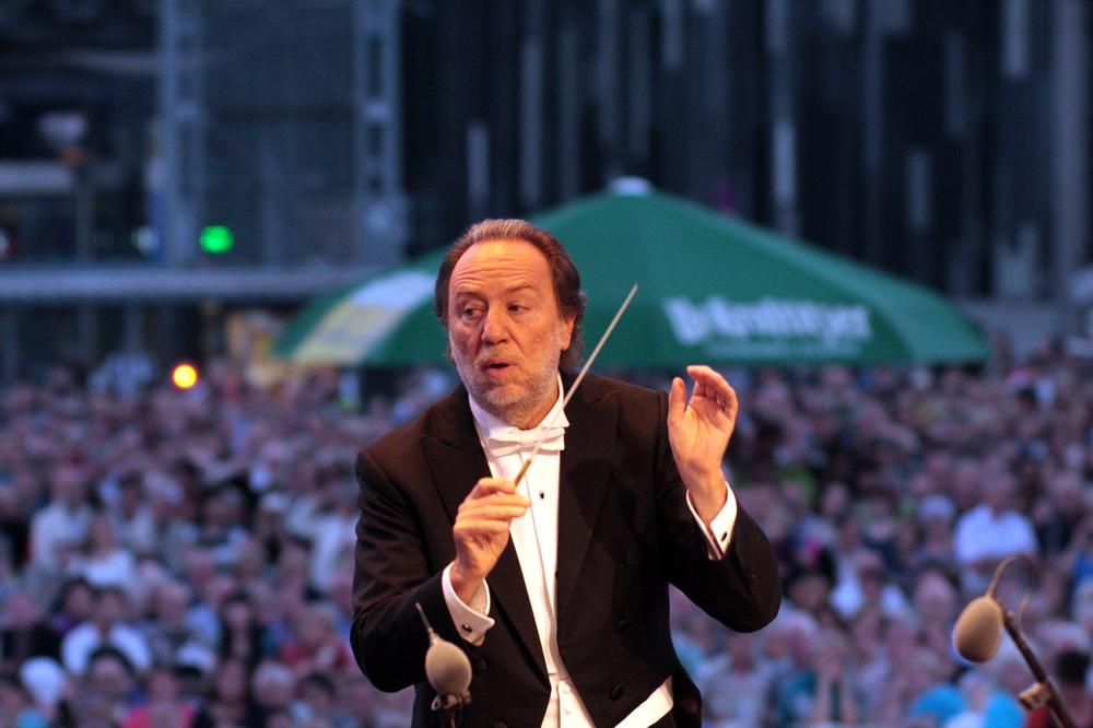 Riccardo Chailly dirigiert auf dem Augustusplatz. Foto: Alexander Böhm