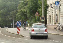 Situation auf der Südseite der Rödelbrücke: Die meisten Radfahrer fahren lieber auf der Fahrbahn, der Fußweg ist einfach zu schmal. Foto: Ralf Julke
