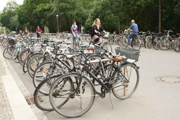 Ein kleiner Fortschritt in der Schillerstraße: viele neue Radbügel und ein Stück autobefreiter Straße. Foto: Ralf Julke