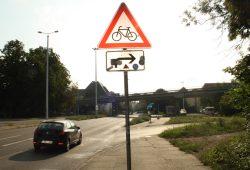 Kurz vor der Auffahrt zur B2 taucht dieses Schild auf, das Autofahrer vor Radfahrern warnt, die vom rumpeligen Fußweg geradeaus wollen. Foto: Ralf Julke