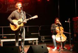 Hannes Wittmer und Clara Jochum schickten die 100 Zuschauer mit ihren Klängen in die Nacht Foto: Sebastian Beyer