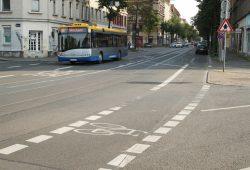 Gorkistraße / Kreuzung Waldbaurstraße: Wer hier Rad fährt, tut gut daran, Blickkontakt mit den Autofahrern aufzunehmen. Foto: Ralf Julke