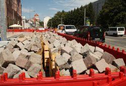 """Steinvorrat vor dem """"Volkshaus"""". Der Straßenabschnitt soll bis Ende August fertig werden. Foto: Ralf Julke"""