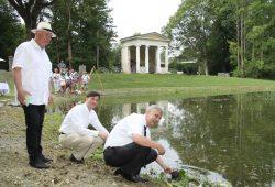 Karsten Schütze (vorne) und Heiko Rosenthal setzen erste Teichrosen. Foto: Matthias Weidemann