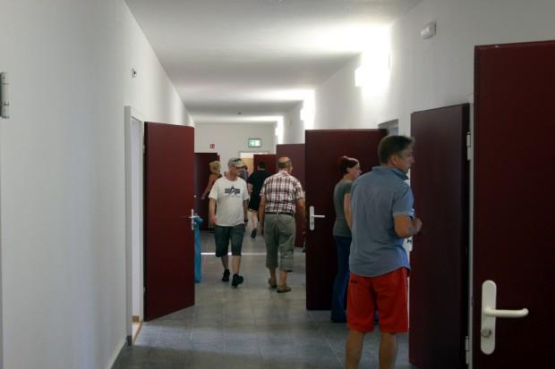 Am Tag der offenen Tür: Besucher in den Gängen der Erstaufnahmeeinrichtung Friederikenstraße 37. Foto: L-IZ