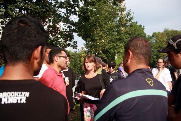 Vertreter der Landesdirektion versuchen eine Entscheidung mit den Flüchtlingen zu finden. Foto: Alexander Böhm