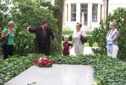 """Richard Wagner leibhaftig an seinem Grab! Ein Bayreuther Living-History-Darsteller und Touristen machen eine Kutschfahrtpause an der Familiengruft im Garten der """"Villa Wahnfried"""". Foto: Karsten Pietsch"""