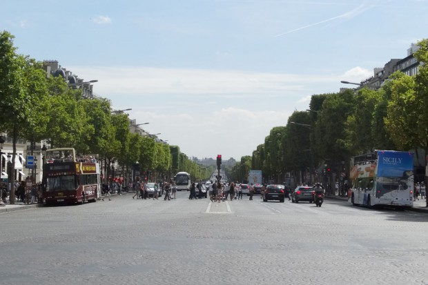 """Ein Blick in die Avenue des Champs-Elysées. Die meisten Deutschen kennen sogar nur den Namen """"Champs-Elysées"""". Die Pariser sagen einfach nur """"Les Champs"""". Foto: Patrick Kulow"""
