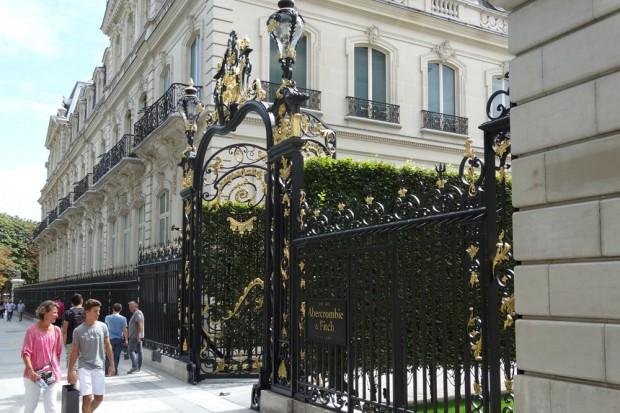 """Die Pariser Filiale von """"Abercrombie & Fitch"""". Foto: Patrick Kulow"""