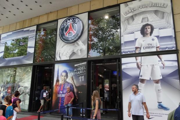 Hier werden Fans des Fußballvereins Paris Saint-Germain glücklich gemacht. Foto: Patrick Kulow
