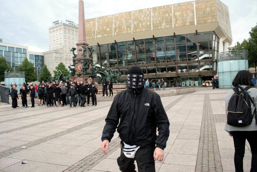 15:08: OfD - Teilnehmer versucht Fotografen zu drohen. Feeling wie nach einem Fußballspiel? Foto: L-IZ.de