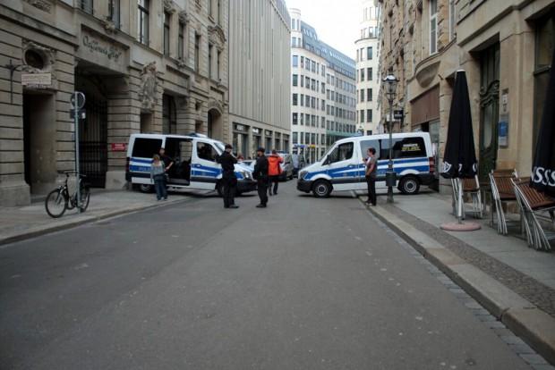 17:40 Uhr: Die Polizei beginnt erneut alles rings um den Demoort abzusperren. Foto: L-IZ.de