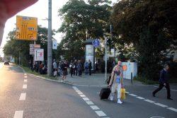 18:10 Uhr: Die ersten Gegendemonstranten vor dem Hotel Astoria. Foto: L-IZ.de