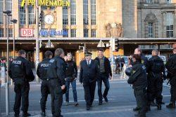 18:20 Uh: Leipzigs Polizeipräsident Bernd Merbitz schaut sich das Treiben mal wieder persönlich an. Foto: L-IZ.de
