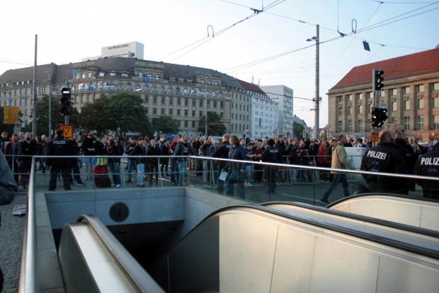 18: 40 Uhr: Gegendemonstranten in unmittelbarer Nähe des Willy-Brandt-Platzes. Manche dürften einzelne Legida-Teilnehmer längst wiedererkennen nach all den Monaten. Foto: L-IZ.de