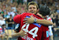 SC DHfK-Trainer Christian Prokop feiert mit seinem starken Keeper Milos Putera den verdienten Sieg. Foto: Jan Kaefer