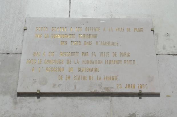Tafel am Sockel der Pariser Freiheitsstatue. Foto: Patrick Kulow