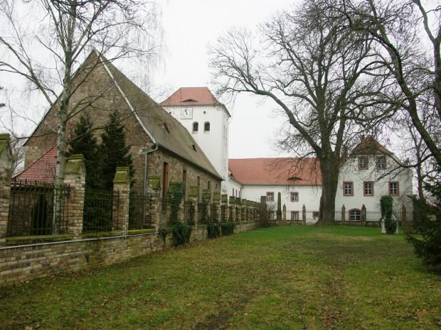 Im 12. Jahrhundert wurde bereits ein Zisterzienser-Klostergut mit einem romanischen Turm errichtet. Ende des 16. Jahrhunderts bekamen die Herrschaften ein neues Schloss und 1745 wurde die Kirche neu gebaut. Foto: Karsten Pietsch