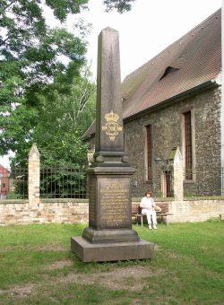 Seit 1907 erinnert ein Obelisk an die 1707 geschlossene Altranstädter Konvention. Sie bedeutete evangelisch-lutherische Glaubensfreiheit für Schlesien. Foto: Karsten Pietsch