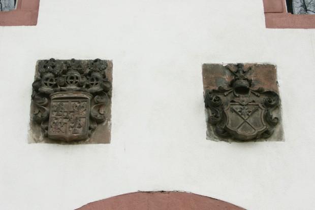 Erinnerung an frühere Schlossbesitzer: Wappen überm Tor. Foto: Karsten Pietsch