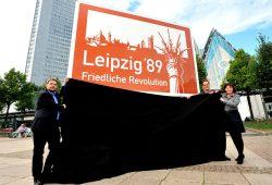 Tobias Hollitzer, Volker Bremer und Marit Schulz mit einem der neuen Autobahnschilder. Foto: Dieter Grundmann/Westend-PR