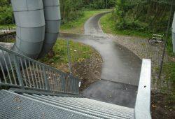 Blick von der Bahnsteighöhe auf die neue Treppe und die neue Wegezuführung. Foto: Ralf Julke