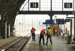Letzte Markierungsarbeiten am neu gebauten Bahnsteig 14. Foto: Ralf Julke