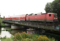 Manchmal fahren auch noch solche Züge über die Brücke über die Weiße Elster. Foto: Ralf Julke
